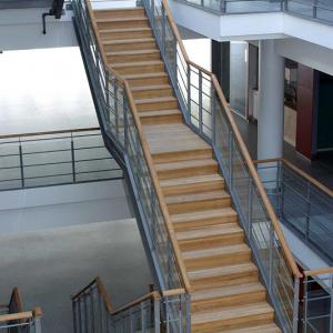 Raka trappor design – Rak trappa med eksteg och ekhandledare.