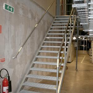Raka trappor interiört – Rak trappa med ledstång.
