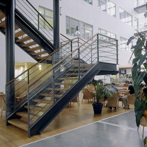 Raka trappor design – Trappa med trappsteg och handledare av trä