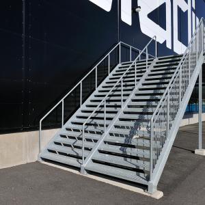 Raka trappor exteriört – Rak trappa, steg med sättstegslist och plan av tät lättdurk (TLD). Barnsäkra räcken. Stadium Arena Norrköping