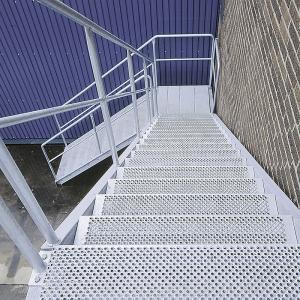 Lättdurk – Rak trappa med steg av perforerad lättdurk TLDP.