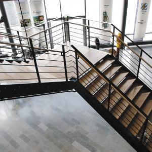 Raka trappor design – Rak trappa med trästeg.