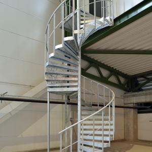 Spiraltrappor interiört – Spiraltrappa med steg av gallerdurk. Räcke industri med en följare. Filbornaverket.