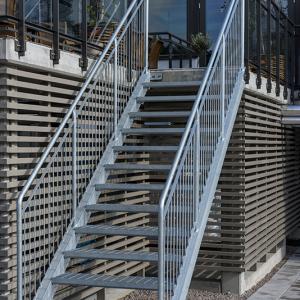 Raka trappor exteriört – Rak trappa med trappsteg av gallerdurk. Riviera Hotell, Båstad
