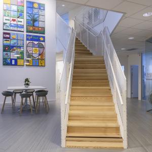 Raka trappor design – Rak tappa med steg av trä, lackerat räcke med flexmetall.