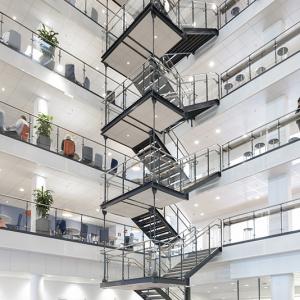 Raka trappor design – Rak trappa med räcke av glas. Handledare och trappsteg av trä.