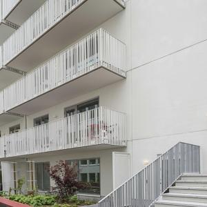 Designräcke – Specialdesignade räcken till balkonger och raka trappor. Balkongräcket lackerat.
