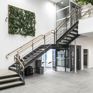 Raka trappor design – Rak trappa med trähandledare och betongsteg.