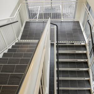 Raka trappor interiört – Rak trappa med klinkersteg