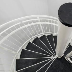 Spiraltrappor interiört – Spiraltrappa med plåtsteg, textilmatta. Vitlackerad. Åkarevägen 1, Mölnlycke.