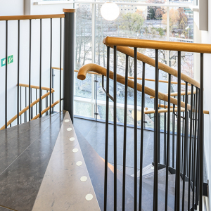 Spiraltrappor interiört – Spiraltrappa med steg av sten. Trähandledare. Scandic Linköping