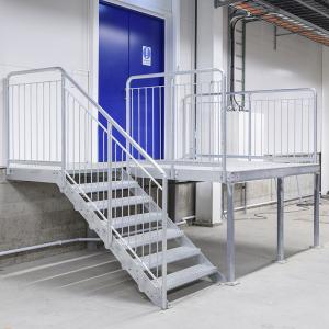 Raka trappor interiört – Rak trappa till lastbrygga av gallerdurk.