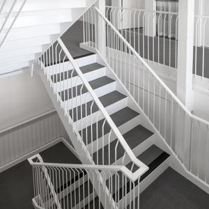 Raka trappor design – Rak trappa i specialutförande. Specialräcke med handledare av plattstång. Trappsteg av plåt med matta.
