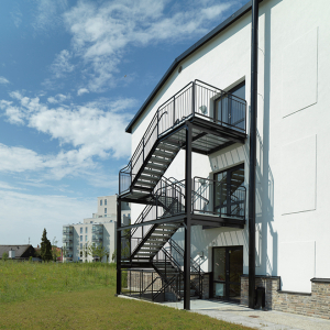 Raka trappor exteriört – Rak trappa med vilplan, lackerad svart. Äldreboende Vellinge