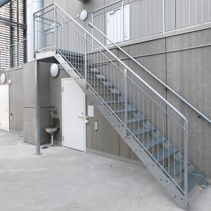 Raka trappor exteriört – Rak trappa, stödben, trappsteg av gallerdurk. Vallastaden Linköping