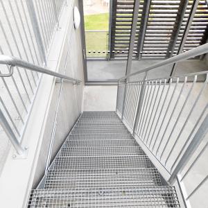 Raka trappor exteriört – Rak trappa, trappsteg av gallerdurk. Vallastaden Linköping
